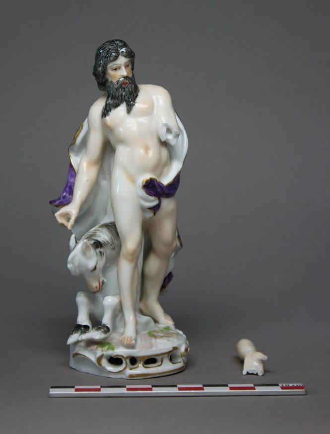 Restauration d'une figurine en porcelaine de Persée