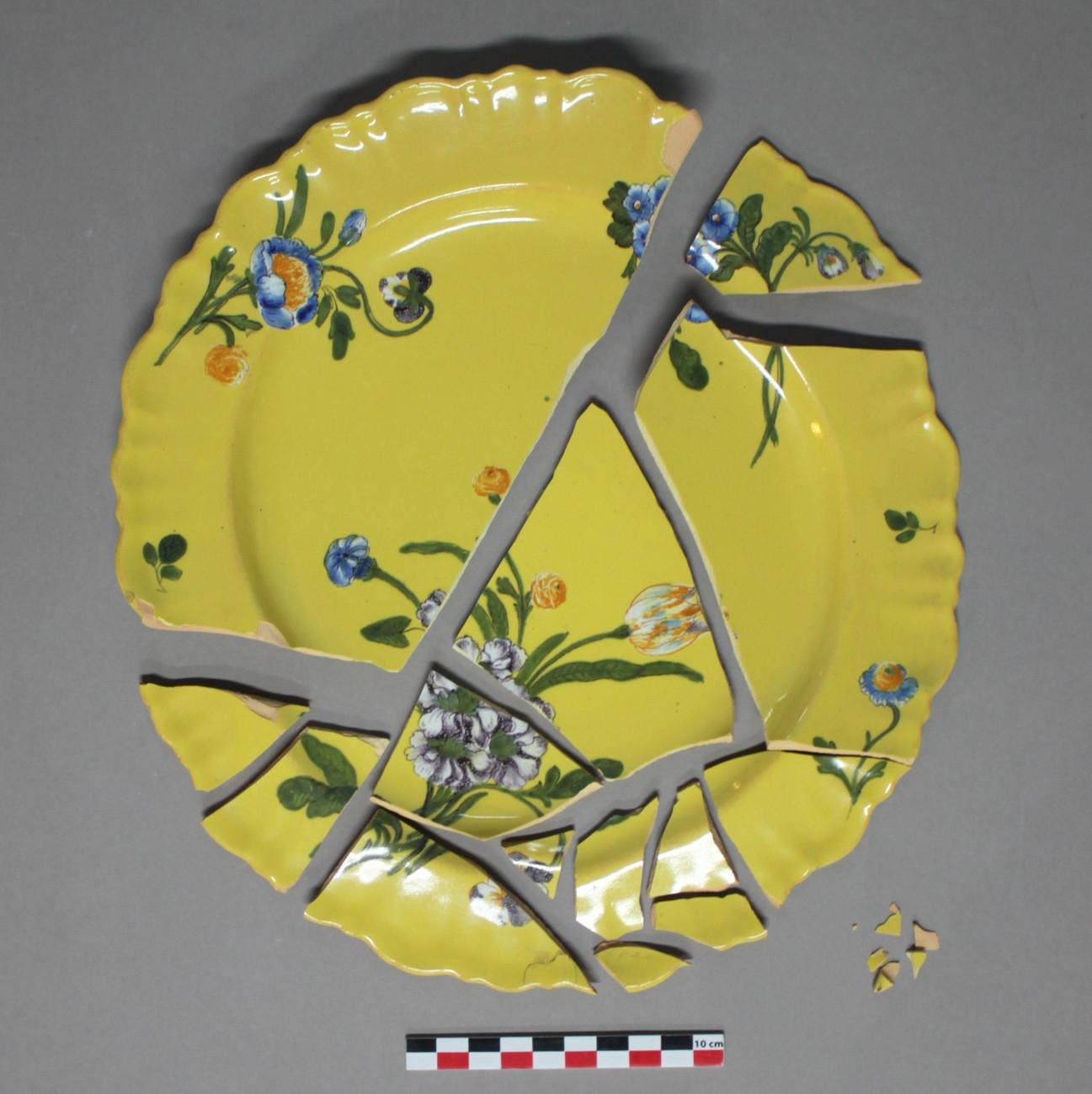 Restauration d'une assiette fleurie