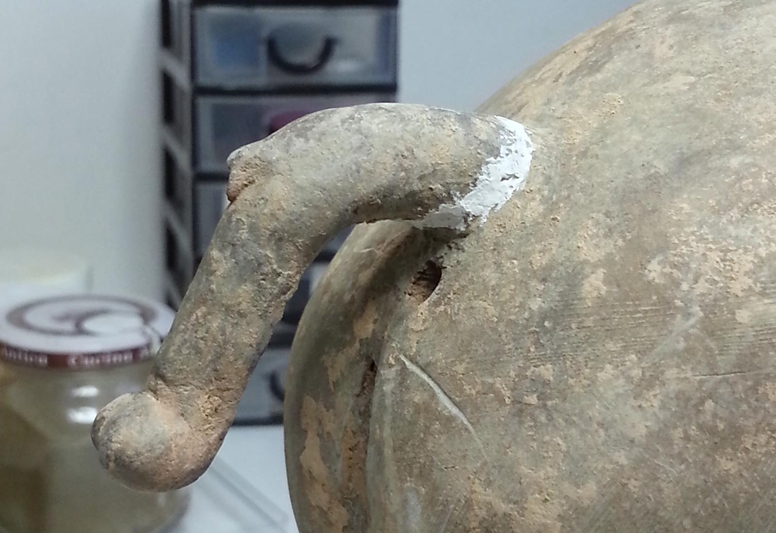 Restauration d'une sculpture de cheval en terre cuite