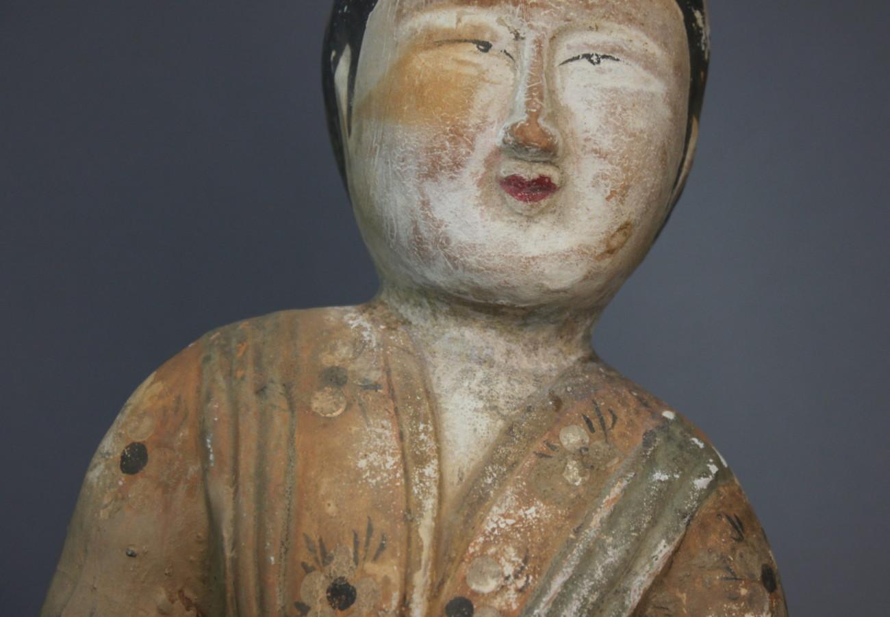 Restauration d'une sculpture Mingqi en terre cuite polychrome