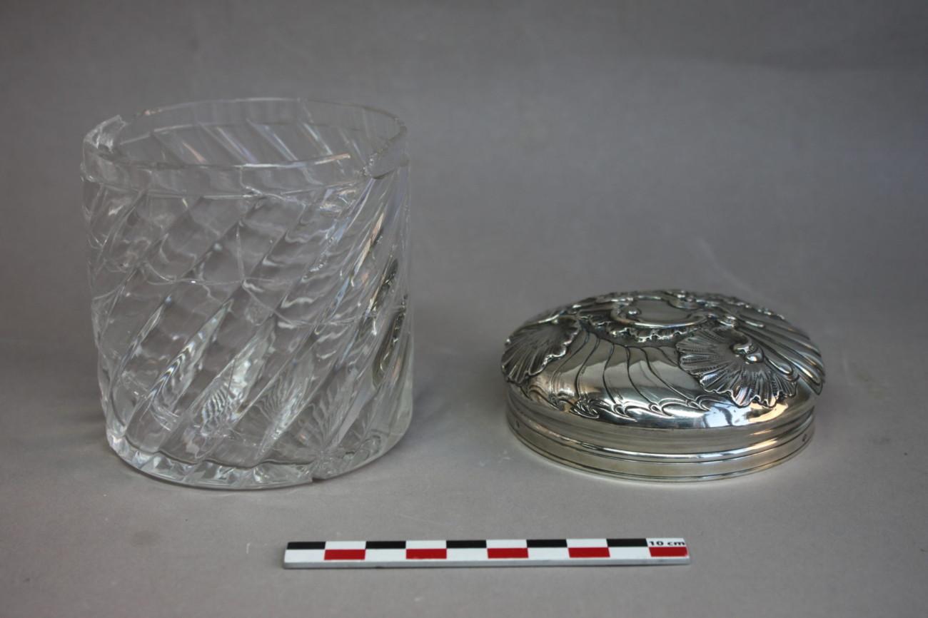 Restauration d'un pot en verre d'une coiffeuse avec son couvercle en métal argenté
