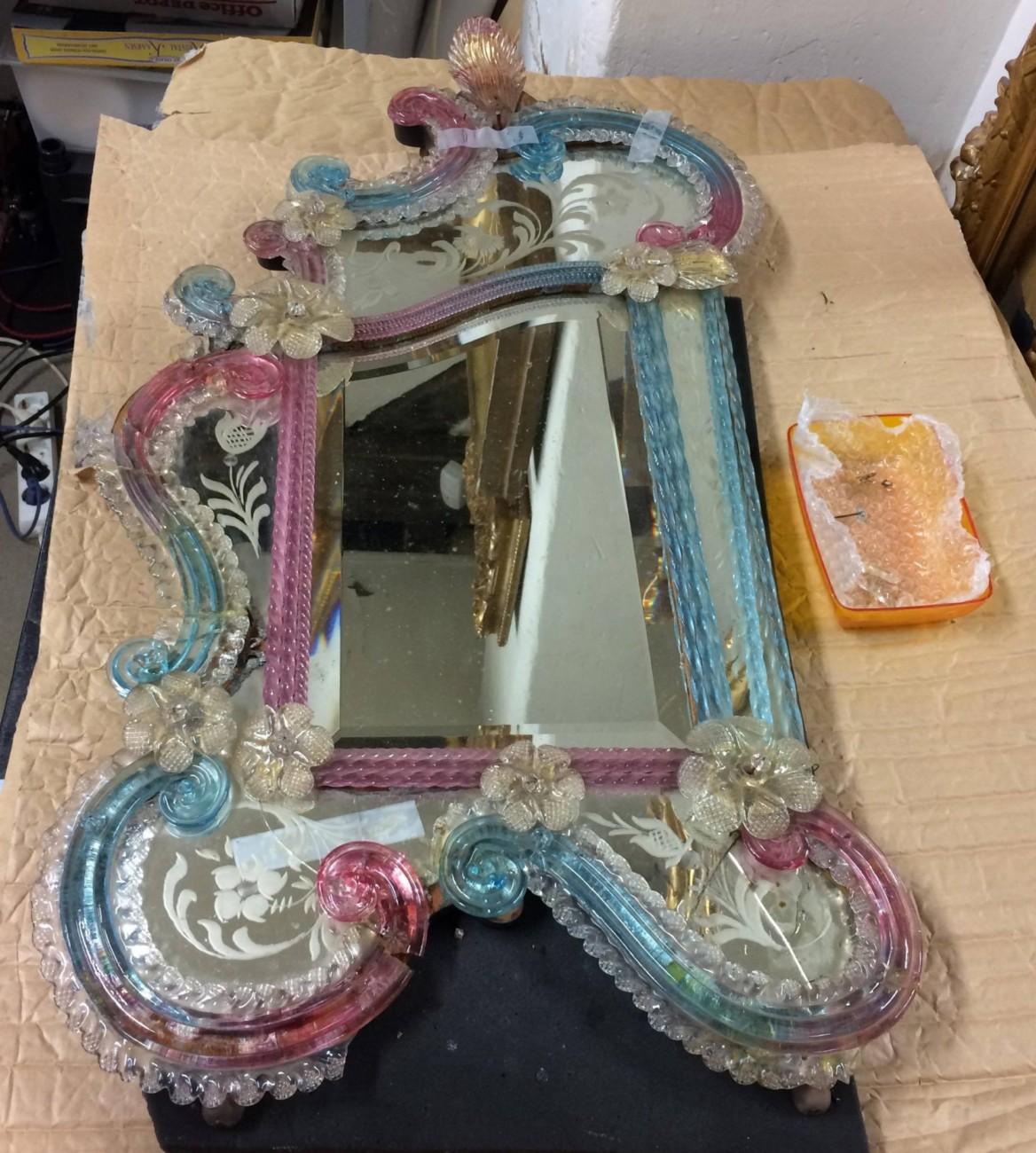 Restauration d'un miroir de Murano rose et bleu