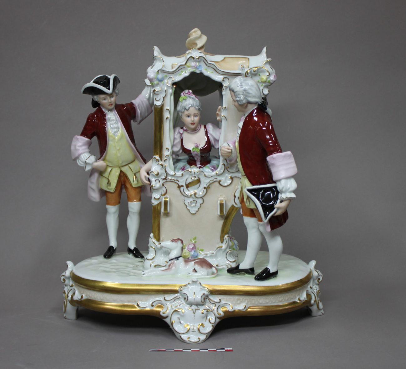 Restauration d'un groupe de personnages en porcelaine