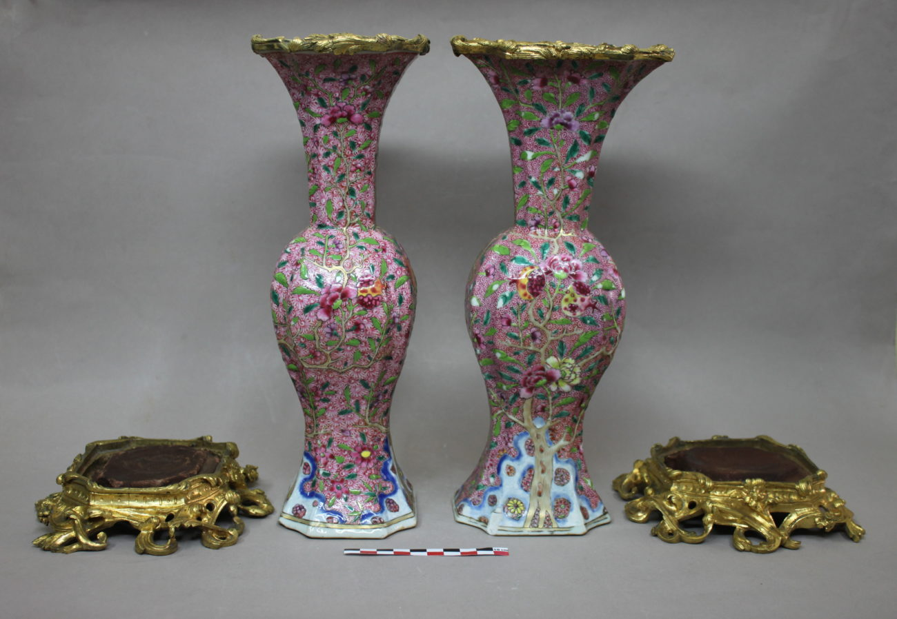 Restauration d'une paire de vases en porcelaine chinoise, monture de bronzes dorés, famille rose