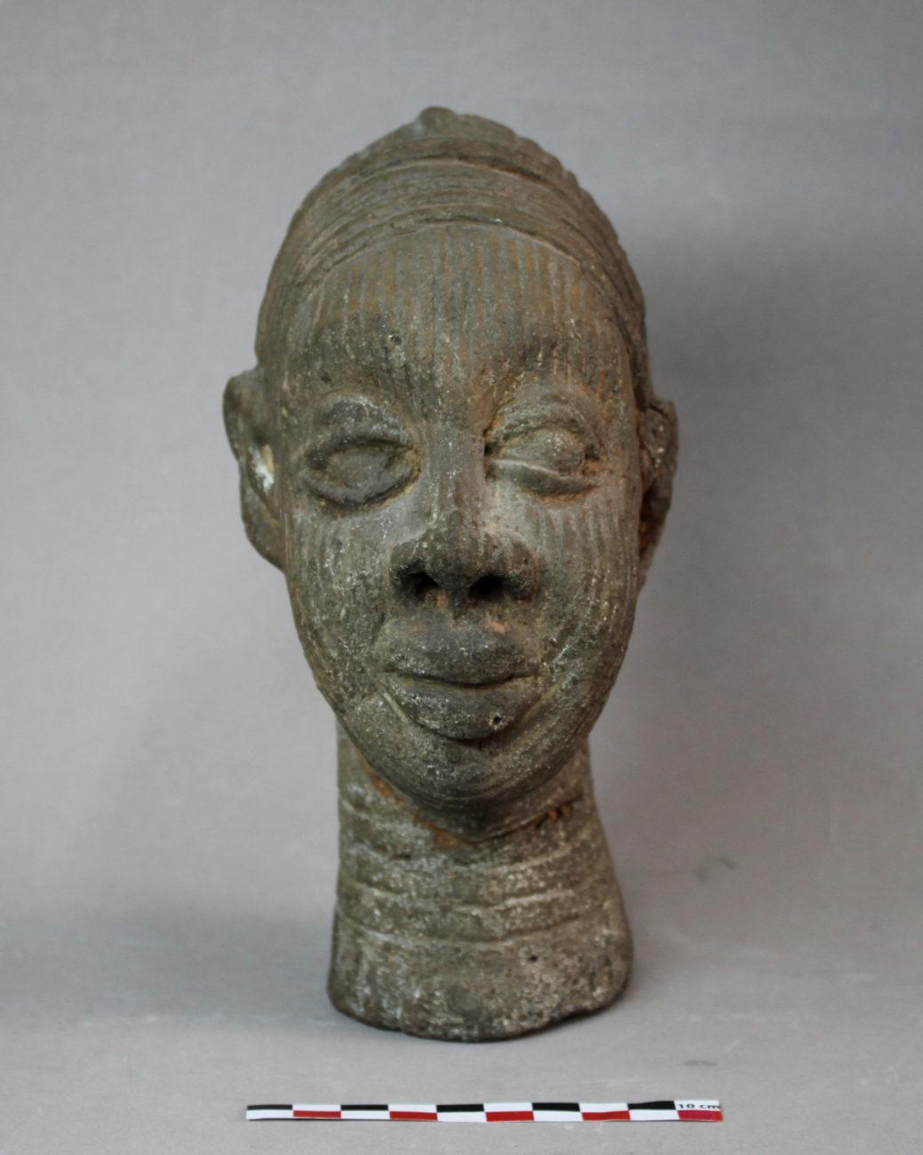Restauration d'une tête africaine en terre cuite
