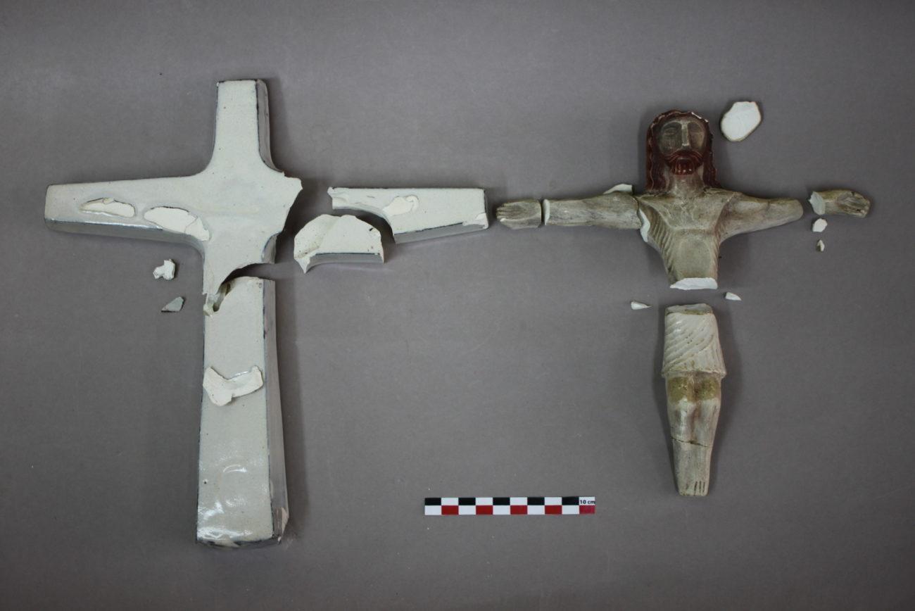 Restauration d'un Christ en croix de Jean Derval