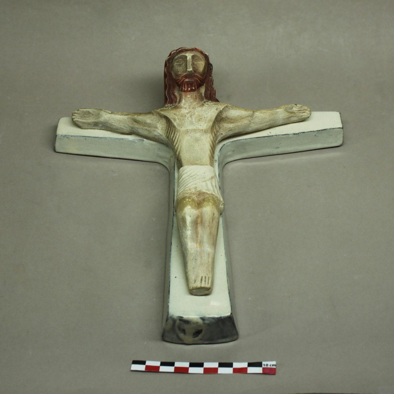 Restauration d'un Christ en croix en céramique de Jean Derval