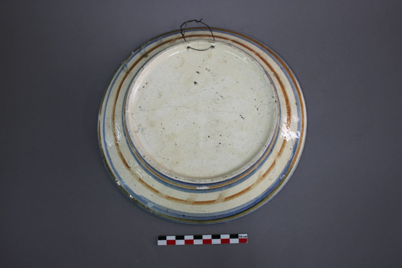 Restauration d'une assiette en faïence d'origine tchèque