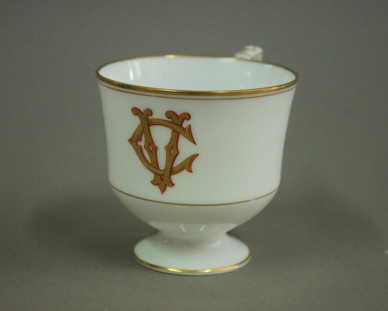 Restauration d'une tasse en porcelaine dorée