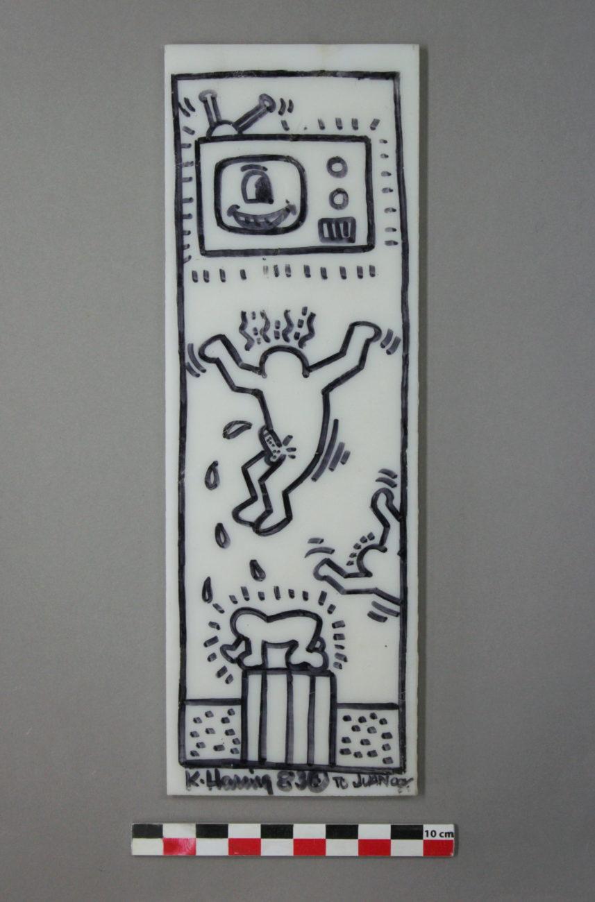 Restauration d'une plaque de verre en opaline de l'artiste américain Keith Haring