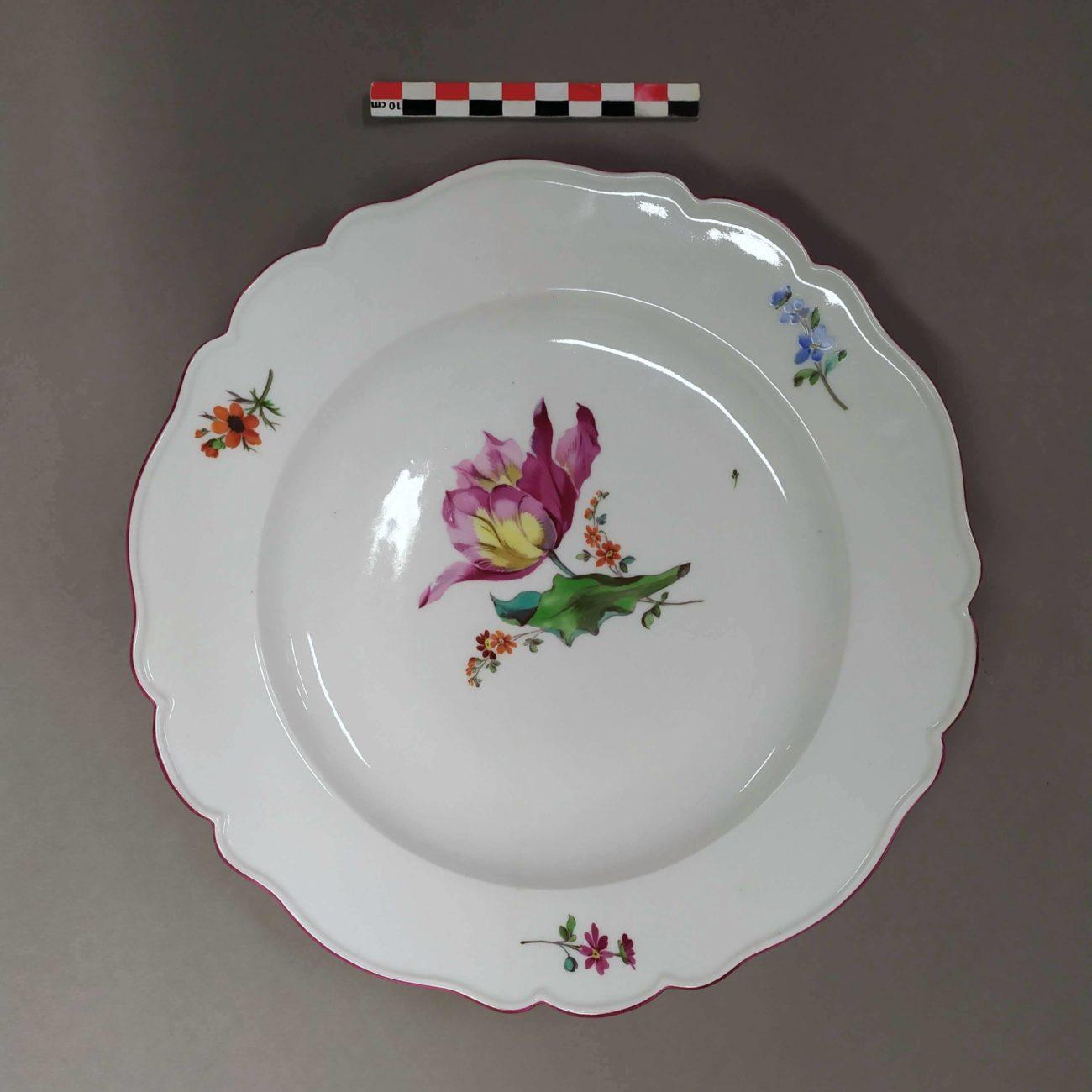 Restauration d'une assiette ancienne en porcelaine de la manufacture de Meissen
