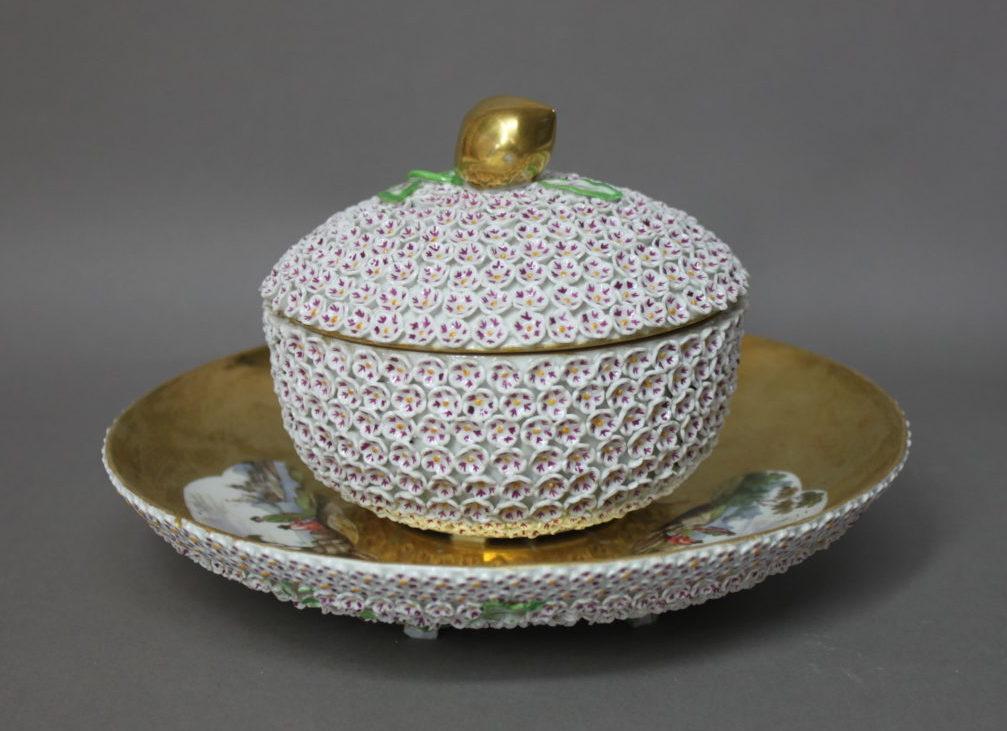 """Ensemble de porcelaine à décor à fleurs dit """"Schneeballen"""" ou """"boule de neige"""" de la Manufacture de Meissen."""